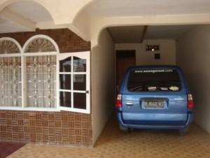 garasi mobil kecil samping rumah