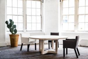 meja putih dari bahan kayu, bulat