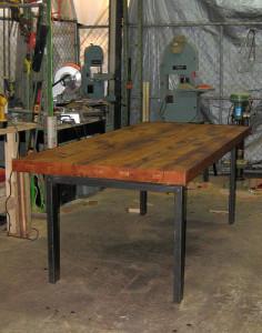 meja kayu dengan empat kaki besi