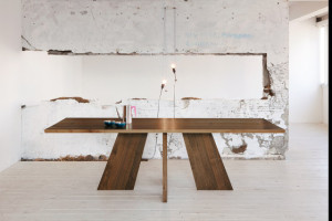 meja kayu minimalis tiga kaki