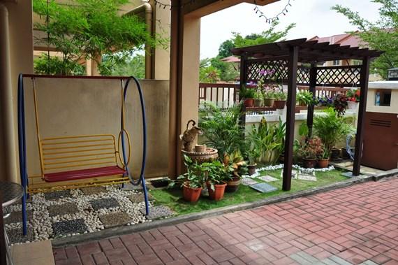 halaman depan rumah dengan ayunan