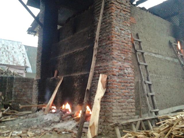 pembakaran genteng tanah liat