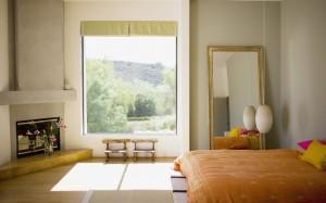 jendela yang besar di dalam kamar tidur